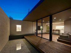 水面に写り込むアカリが幻想的な空間を演出する。この写真「アウトドアリビング(夕景)」はfeve casa の参加建築家「(株)MDS一級建築事務所/(株)MDS一級建築事務所」が設計した「赤塚の家」写真です。「モダン,落ち着いた空間,開放感,庭・ガーデニング」に関連する写真です。「平屋 」カテゴリーに投稿されています...