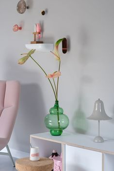 PRCHTG woonkamer, vol kleur, roze en bloemen. Meer weten over de dames van PRCHTG? Een korte kennismaking!   prchtg bloemen - prchtg keuken - prchtg woonkamer - prchtg slaapkamer - prchtg badkamer - prchtg hal - prchtg blog - interieur inspiratie - anthurium Dutch, Glass Vase, Lifestyle, Blog, Instagram, Home Decor, De Stijl, Decoration Home, Dutch Language