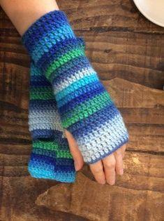 Really, really easy to make crochet fingerless mitts...