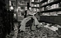 Woman reading in the bookstore section of the Biba department store. 60s And 70s Fashion, Modern Vintage Fashion, Retro Fashion, London Fashion, Barbara Hulanicki, Celia Birtwell, Gibson Girl, Vintage Fashion Photography, Woman Reading