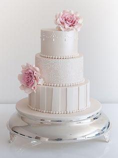 Torta de boda color marfil decorada con rosas de azúcar. #TortaDeBoda
