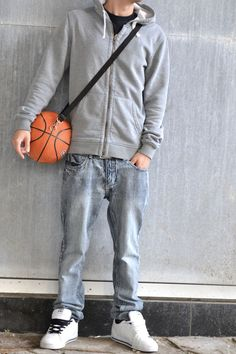 Re_bond (How to Make a Basketball Bag): Here is a nice little gift to make for a basketball fanatic. Just the perfect size to put an extra t-shirt, a second underwear, socks and a pair of shorts. Easy to make, stylish and practical. Basketball Crafts, Sewing Accessories, Sustainable Design, Crafts To Do, Diy Crafts, Little Gifts, Bag Making, Diy Design, Great Gifts
