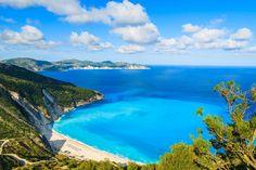 Weiße Kieselsteine, türkisblaues, kristallklares Wasser in Ufernähe, das dann in tiefes Blau übergeht, begrenzt von steilen Bergflanken. Man soll derartige Beschreibungen ja nicht überstrapazieren. Wäre man aber rein theoretisch auf der Suche nach einer Location um Strandbilder für einen Reisekatalog zu machen, Myrtos Beach wäre einer der ganz heißen Favoriten dafür.