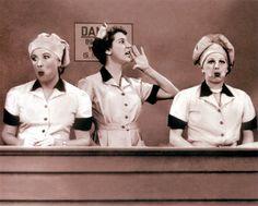 In de chocolade fabriek. De band gaat te vlug,  dus stoppen ze het in de mond!