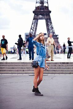 Karlie Kloss street style in Paris. Jean Romper, Denim Romper, Denim Jumpsuit, Wanderlust Travel, Karlie Kloss, Street Style, Street Chic, Tips Belleza, Mode Inspiration
