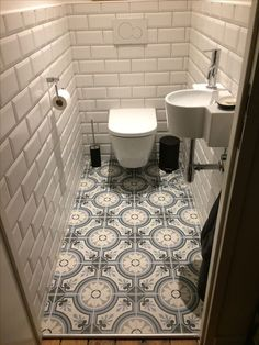 Carrelage imitation carreaux de ciment Revoir Paris et carrelage métro dans petite toilette avec wc suspendu et petit évier. Toilet Tiles, Bathroom Floor Tiles, Bathroom Toilets, Bathroom Layout, Bathroom Plants, Boho Bathroom, White Bathroom, Wall Tiles, Master Bathroom