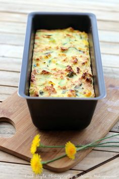 Zucchini flan Ingredients: (for 6 people) 3 green zucchini 2 yellow zucchini 1 large onion 3 eggs 6 slices of white baguettes & glass of cold milk 100 g of feta cheese c. Batch Cooking, Cooking Recipes, Veggie Recipes, Healthy Recipes, Healthy Food Alternatives, Chefs, Macaroni And Cheese, Good Food, Brunch