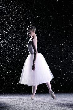 La collection de Noël Repetto, inspirée du ballet Casse-Noisette http://www.vogue.fr/mode/news-mode/diaporama/l-hiver-feerique-de-repetto-collection-noel/21088