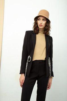 Hoy te brindamos unas fotos con look urbanos elegantes para mujer, ideales para ir a la oficina o una reunión ... Ver mas Bomber Jacket, Jackets, Fashion, Silk Blouses, Dress Pants, European Fashion, Urban, Shirts, Argentina