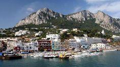 Napoli è la capitale della regione italiana Campania e il terzo #comune più grande in Italia, dopo Roma e Milano.