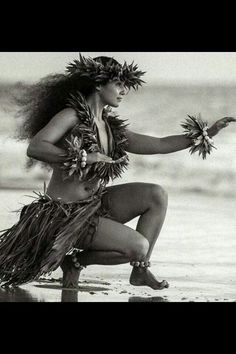 Hula Kahiko is traditional style of dance in Hawaii. It has very strong spiritual overtones from the ancient Hawaiian religion. Hawaiian Dancers, Hawaiian Art, Hawaiian Phrases, Polynesian Dance, Polynesian Culture, Hawaii Hula, Aloha Hawaii, Kim Taylor Reece, Hawaiian Costume
