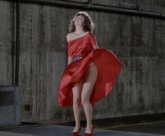 """1984 La mujer de rojo, (The Woman in Red). Con Gene Wilder y Kelly LeBrock y canción"""" I just called to say I love you"""" de Stevie Wonder."""
