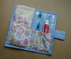 Porta escova de dentes ideal para carregar na bolsa. Confeccionado em tecido Toothbrush holder ideal for carrying in the bag. Made of cotton fabric and the inside is lined with crystal pla Operation Christmas Child, Sewing Class, Sewing Projects For Beginners, Sewing Hacks, Sewing Tips, Fabric Crafts, Diy Gifts, Diy And Crafts, Sewing Patterns