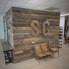 Pallet Wall Office Renovation Even Offices can look cool! What a great place to work! Diy Pallet Wall, Diy Pallet Projects, Pallet Walls, Pallet Ideas, Pallet House, Reclaimed Wood Furniture, Pallet Furniture, Recycled Furniture, Brewery Decor