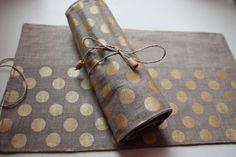 Artistas originales de lino lápiz Roll - caja de lápiz (organizador) con una cuerda fina (para 12 lápices, lápices de 18 o 24 Lápices) Lápices no incluido en el precio de lista. Medidas: 12 lápices: 38 x 23 cm 18 lápices: 40 x 23 cm 24 Lápices: 60 x 23 cm 100% lino Color - Natural lino con topos de oro Hecho en Letonia Puede ser un regalo perfecto tanto para niños y adultos amantes de los colores y lápices para colorear.