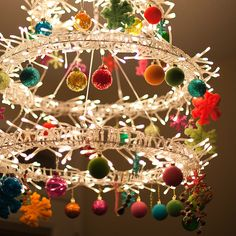 17 Gorgeous Christmas Chandelier For A Yuletide Home Decor Noel Christmas, Primitive Christmas, All Things Christmas, Winter Christmas, Christmas Lights, Vintage Christmas, Christmas Wreaths, Christmas Decorations, Christmas Ornaments