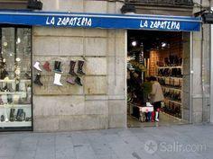 Esta es una tienda de zapatos. Tienen muchos números de zapatos