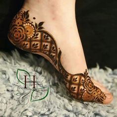 Mehendi on the legs is as important for the bride as is to put it in her hands. We have collected amazing mehndi designs for leg for your inspiration. Mehndi Designs Feet, Floral Henna Designs, Legs Mehndi Design, Henna Art Designs, Mehndi Designs For Girls, Mehndi Designs 2018, Stylish Mehndi Designs, Dulhan Mehndi Designs, Latest Arabic Mehndi Designs