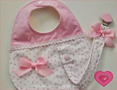 Bib & soother clip in one set Burp Rags, Burp Cloths, Baby Sewing Projects, Sewing For Kids, Baby Bibs Patterns, Sewing Patterns, Bib Pattern, Baby Kind, Baby Crafts