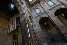 """MUSEO DIFFUSO DELLA RESISTENZA. Il concetto di """"museo diffuso"""" sottolinea lo stretto rapporto fra storia e territorio e l'impegno del Museo nel valorizzare i luoghi della memoria presenti nel tessuto cittadino. Luoghi trasformati dall'evoluzione urbana, spesso dimenticati, portatori di storie che sono altrettanti tasselli della nostra identità. Farli rivivere significa portare in luce i frammenti di storia che racchiudono. #Torino #Storia #Resistenza"""