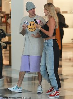 Justin Bieber plugged his own Drew brand with a smileyadorned gray shirt as he and a similarly casual Hailey Bieber did some highend shopping Friday at Barneys New York in Beverly Hills. Estilo Hailey Baldwin, Hailey Baldwin Style, Haley Baldwin, Celebrity Style Casual, Celebrity Outfits, Mode Outfits, Trendy Outfits, Fashion Outfits, Looks Street Style