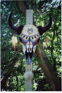 Art's+buffalo+skull Cow Skull Decor, Skull Art, Deer Antler Crafts, Horseshoe Crafts, Crane, Cow Skull Tattoos, Painted Animal Skulls, Skull Reference, Buffalo Skull