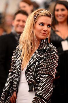 Met Gala alfombra roja accesorios inspiracion Punk Chaos to Couture - Sienna Miller