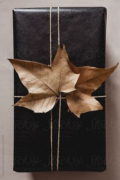 holiday gift wrap ideas with natural materials #prettypresent #giftwrapping #giftideas #giftguide