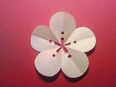 学校のスタンプのような切り紙シリーズ(1)(→月桂樹型紙)(→八重桜型紙)(→桜型紙)きょうはコレきょうから、何回かにわけて、【学校のスタンプのような切り紙】の作り方を紹介します。今回紹介するのは、こちら。梅の切り紙です切り紙なら、10折りで簡単に、5方に広がる梅の花を作れます。↓↓型紙はこちらとっても簡単この曲線1本を切るだけっっ<作り方>折り紙を「三角10折り」にします。「三角10折り」の折り方は、下記リンク先で写真解説しています。●三角10折りの折り方は、『桜まあちの切り紙きりえっこ』「切り紙の作り方(三角10折り)」へどうぞ。(*作品は、7.5×7.5cmの折り紙を使用しています。)上の型紙を参考に、鉛筆で下書きをします。線の通り、はさみで切ります。そっと開いて、出来上がり。出来ましたか?作った切り紙に...●梅の切り紙~'がんばりましょう。'の飾り~