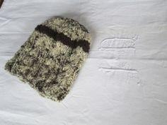 petit chapeau tricoté avec deux brins de laine filés au rouet et retordus (brebis landaise rustique et mouton d'Ouessant)