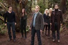 """Amanecer Parte 2 -Tras convertirse en vampiro, Bella debe adaptarse a su nueva naturaleza. Cuando nace Renesmee, la familia Cullen tendrá que protegerse de la amenaza de los Volturi, pues existe una ley que prohíbe transformar a los niños en vampiros, ya que son difíciles de controlar y pueden provocar desastres que pongan en peligro la secreta existencia de los vampiros. Segunda parte de """"Amanecer"""" y quinta entrega de la franquicia cinematográfica Crepúsculo (FILMAFFINITY)."""