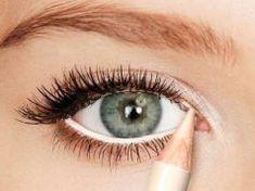 7 absolute make-up tips voor grotere ogen Red Eyeliner, Pencil Eyeliner, White Eyeliner Waterline, Makeup Dupes, Skin Makeup, Makeup Tricks, Makeup For Small Eyes, Eyeliner For Small Eyes, Eye Makeup Tips