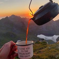 Mountains camping tea = 🖤 Whats your favorite morning drink? 𝔽𝕠𝕝𝕝𝕠𝕨 if you love camping! 𝔽𝕠𝕝𝕝𝕠𝕨 if you love camping! 𝔽𝕠𝕝𝕝𝕠𝕨 if you love camping! Camping Diy, Camping Survival, Camping Hacks, Outdoor Survival, Camping Gear, Camping Cabins, Bushcraft Camping, Camping Supplies, Camping Stove