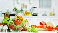 Enquanto uma alimentação saudável é uma meta para muitos, sinais subtis na cozinha podem tornar mais difícil a tarefa de comer saudável. Aqui estão 13 sugestões de como reorganizar a sua cozinha para fomentar hábitos alimentares mais nutritivos.
