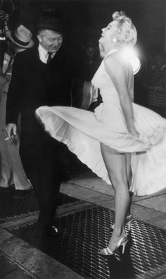 American actor Marilyn Monroe stands on a subway grate and laughs as the wind blows the skirt of her white halter dress next to Austrian-born director Billy Wilder - on the set of Wilder's film, 'The Seven Year Itch' Times Square, New York City. Style Marilyn Monroe, Marilyn Monroe Fotos, Classic Hollywood, Old Hollywood, Hollywood Glamour, Look Star, Cinema Tv, Cinema Room, Billy Wilder