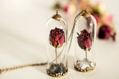 Delicate Necklaces Preserving Flowers in Their Pendants – Fubiz Media