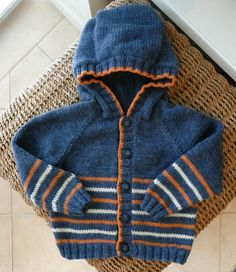 Orange stripes You are in the right place about how to crochet Here we offer you the most beautiful pictures about the crochet clothes you. Baby Cardigan Knitting Pattern, Baby Boy Knitting, Knitted Baby Cardigan, Baby Pullover, Hoodie Pattern, Knitting For Kids, Baby Knitting Patterns, Baby Patterns, Cardigan Bebe