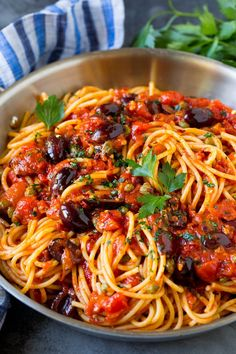 This pasta puttanesca is spaghetti tossed in a homemade tomato sauce that is flavored with olives, capers and herbs. A quick and easy dinner option! Healthy Recipes, Vegetarian Recipes, Cooking Recipes, Pasta Facil, Pasta Puttanesca, Spicy Pasta, Homemade Tomato Sauce, Tomato Pasta Recipe, Gula