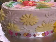 Delicioso Pastel de Vainilla elaborado para celebrar el día de las madres y decorado con flores de fondant y de oblea
