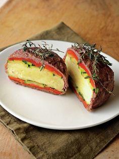 肉巻おjにぎりならぬ、肉巻カマン! ボリュームたっぷりで、肉好きもチーズ好きも大満足のひと品。|『ELLE a table』はおしゃれで簡単なレシピが満載!