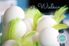 Wydmuszki jajek i kilka piórek. Niby nic, ale nikt nie będzie miał wątpliwości, że to Wielkanoc. www.montsi.pl