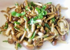 Ingredinti per 2 persone / Ingredients for 2 people 250 g funghi chiodini /honey mushrooms 2 cucchiai di olio di extravergine di oliva / 2 tablepoons extra virgin olive oil uno spicchio di aglio /...
