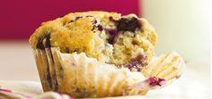 Les enfants vos adorer vous donner un coup de main pour préparer ces muffins aux bleuets, mais aussi pour les manger !