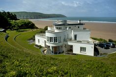 Renovate and extend this spectacular Art Deco house on the beach in Devon Art Deco Home, Beach House, Mansions, Architecture, House Styles, Home Decor, Beach Homes, Arquitetura, Art Deco House