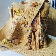Wayuu Etnique Bag Quotes, Tapestry Crochet, Crochet Purses, Handmade Bags, Luxury Handbags, Luggage Bags, Shoe Boots, Chokers, Reusable Tote Bags