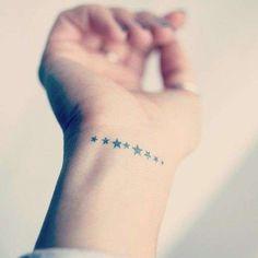 Stelle tatuaggi foto e significato - Tattoo con piccole stelle sul polso