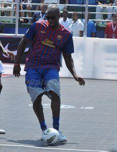 Kobe Bryant futbol Kobe looks good playing soccer