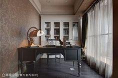 木地板鋪排的沉穩搭配上花鳥壁紙,形塑與客廳截然不同色度與風情。