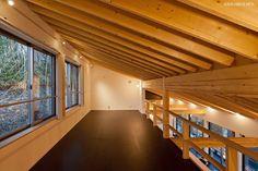 書斎事例:(B棟)2階多目的ルーム(書斎兼ピアノ室)からリビングを見下ろす((東京都あきる野市)秋川の3段崖地の家/A棟/B棟)