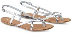 In einem irisierenden Silber schimmert diese filigrane Sandalette mit raffinierten Riemchen von Akira an unseren Füßen und freut sich gemeinsam mit uns auf den Sommer!